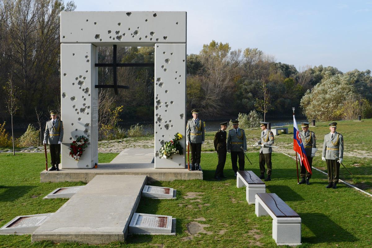 Pietna spomienka pri pamätníku Brána slobody na Devíne. 2013. Bratislavská župa