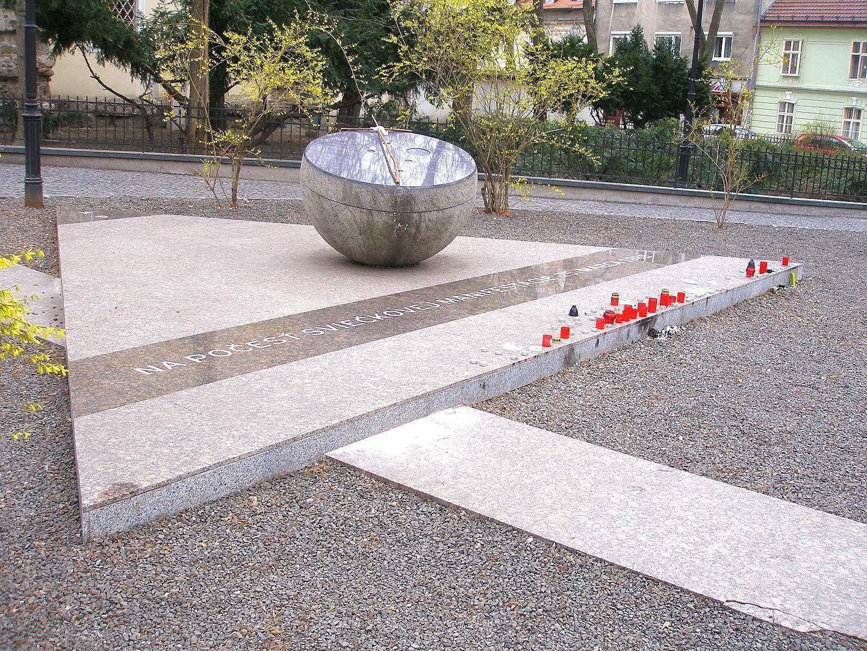 Patrik Kovačovský, Pamätník sviečkovej manifestácie, Hviezdoslavovo námestie. 2008. Wikimedia commons