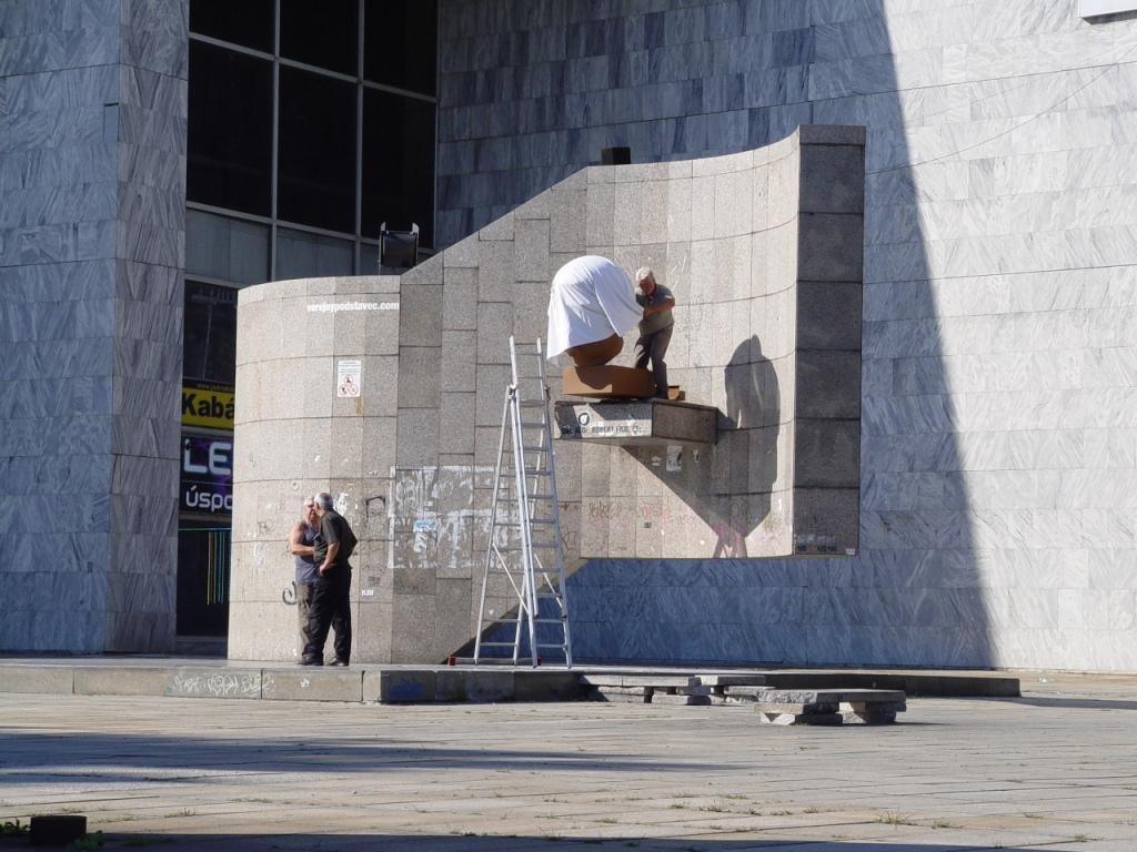 Dalibor Bača, JUDr. Robert Fico, CSc., socha inštalovaná pred domom ROH V Bratislave, zahalená do 24 hodín po svojom odhalení. 2010. Súkromný majetok