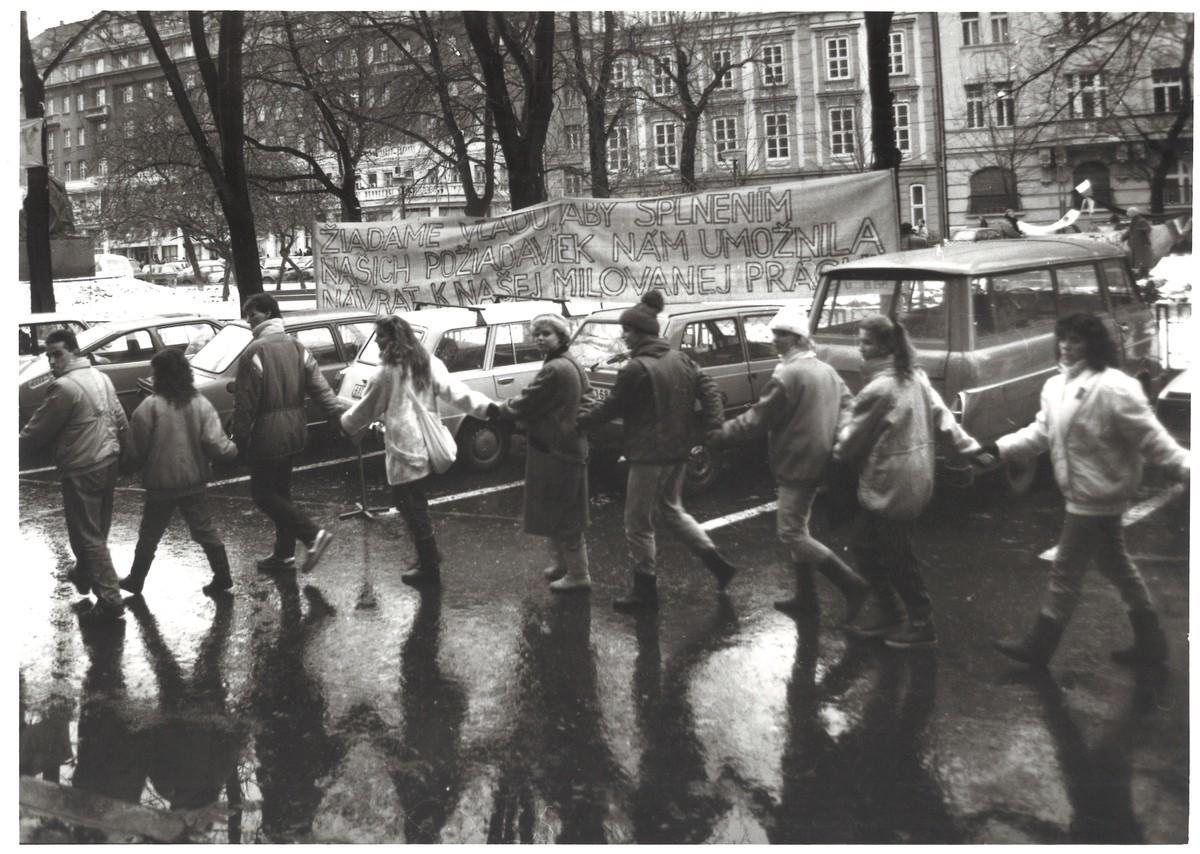 Študenti počas generálneho štrajku pred VŠVU na Hviezdoslavovom námestí v Bratislave. 1989. Slovenské národné múzeum – Historické múzeum v Bratislave