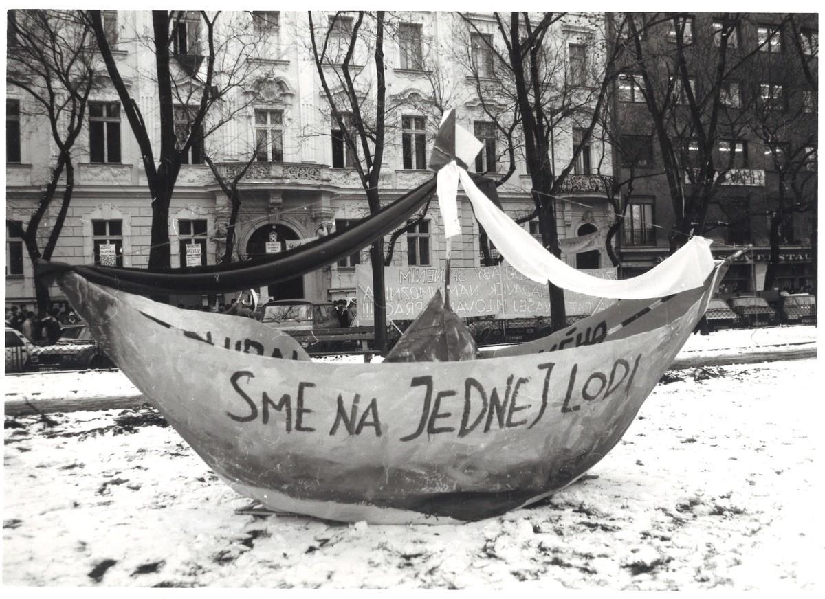 """Model lode s nápisom """"Sme na jednej lodi"""". Takto vyjadrili študenti VŠVU zomknutosť a spoluzodpovednosť všetkých obyvateľov ČSSR. 1989. Slovenské národné múzeum – Historické múzeum v Bratislave"""