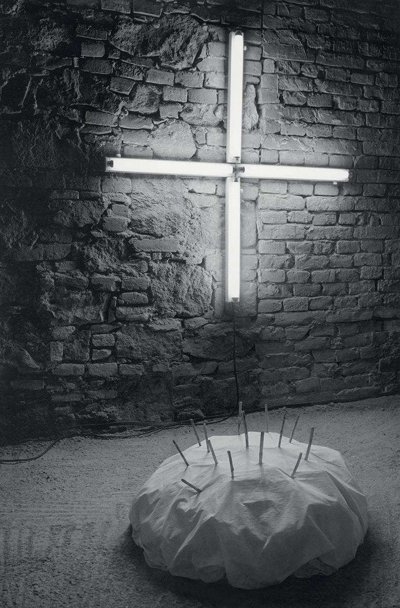 Fotografia z výstavy Suterén, dielo Jany Želibskej. 1989. Slovenská národná galéria