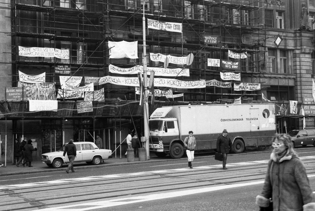 Drahotín Šulla – ČSTK, Bratislavské plagáty týchto dní - Pestré lešenie pred budovou Československej televízie. 1989. TASR