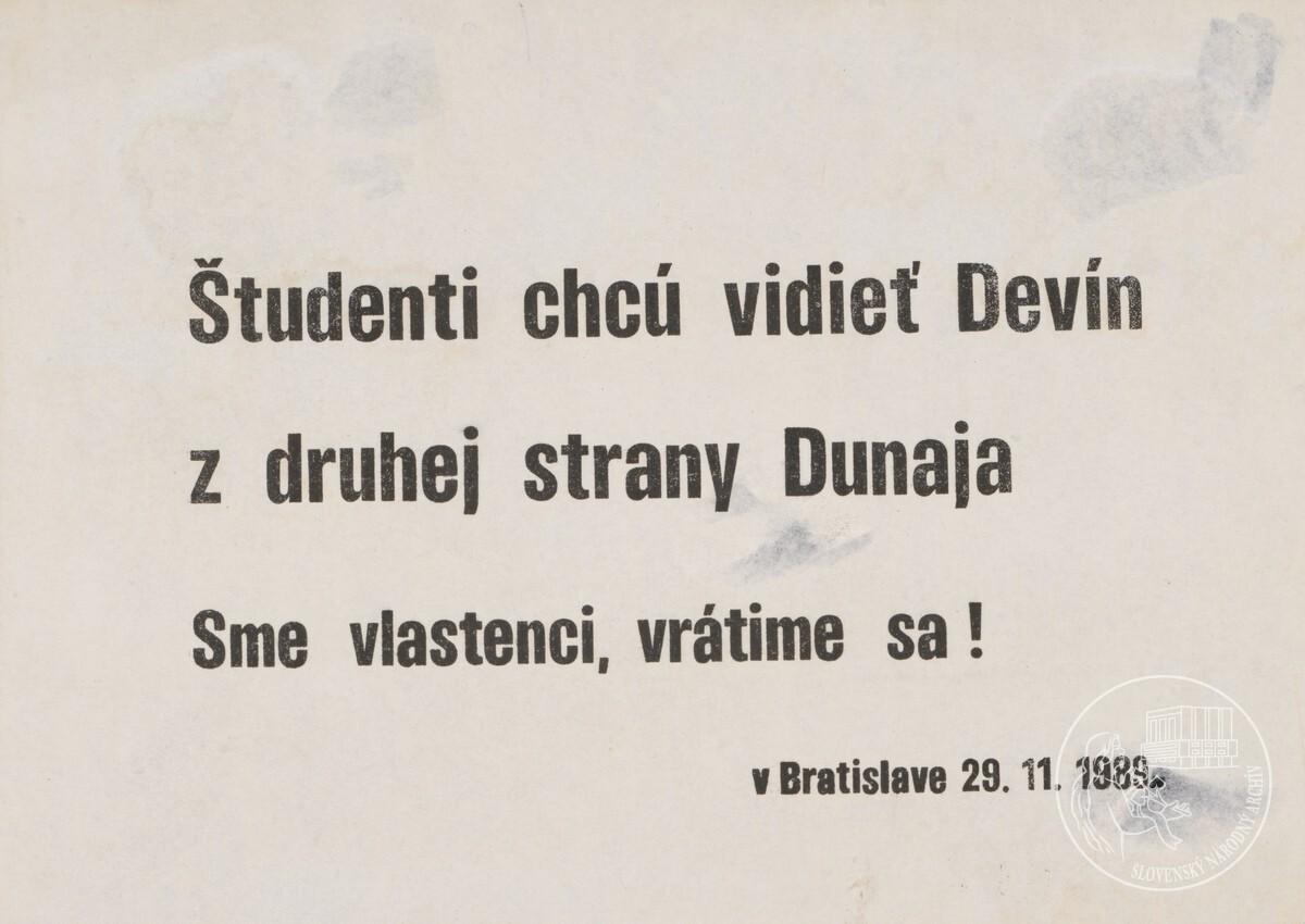 Študenti chcú vidieť Devín z druhej strany Dunaja. Sme vlastenci, vrátime sa!. 1989. Slovenský národný archív